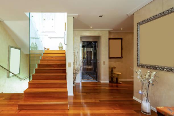 Eintrag mit Treppen und Glas, Parkett – Foto