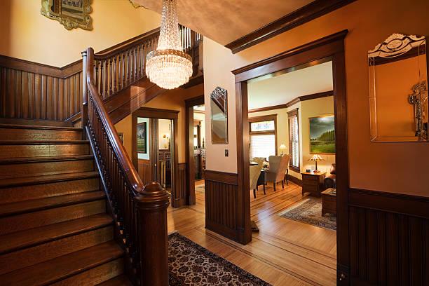 eingangsfoyer und die treppe des restaurierten viktorianischen hause renovierten innen - alten kronleuchter stock-fotos und bilder