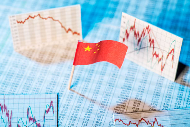 Entwicklung der Wirtschaft in China Chinesische Flagge mit Kurstabellen und Grafiken zur wirtschaftlichen Entwicklung. monetary policy stock pictures, royalty-free photos & images