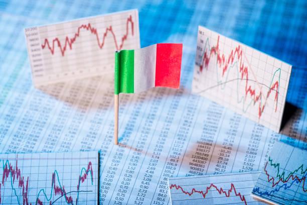 Entwicklung der Wirtschaft in Italien Italienische Flagge mit Kurstabellen und Grafiken zur wirtschaftlichen Entwicklung. monetary policy stock pictures, royalty-free photos & images