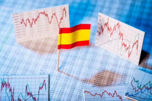 Entwicklung der Wirtschaft in Spanien Spanische Flagge mit Kurstabellen und Grafiken zur wirtschaftlichen Entwicklung. monetary policy stock pictures, royalty-free photos & images