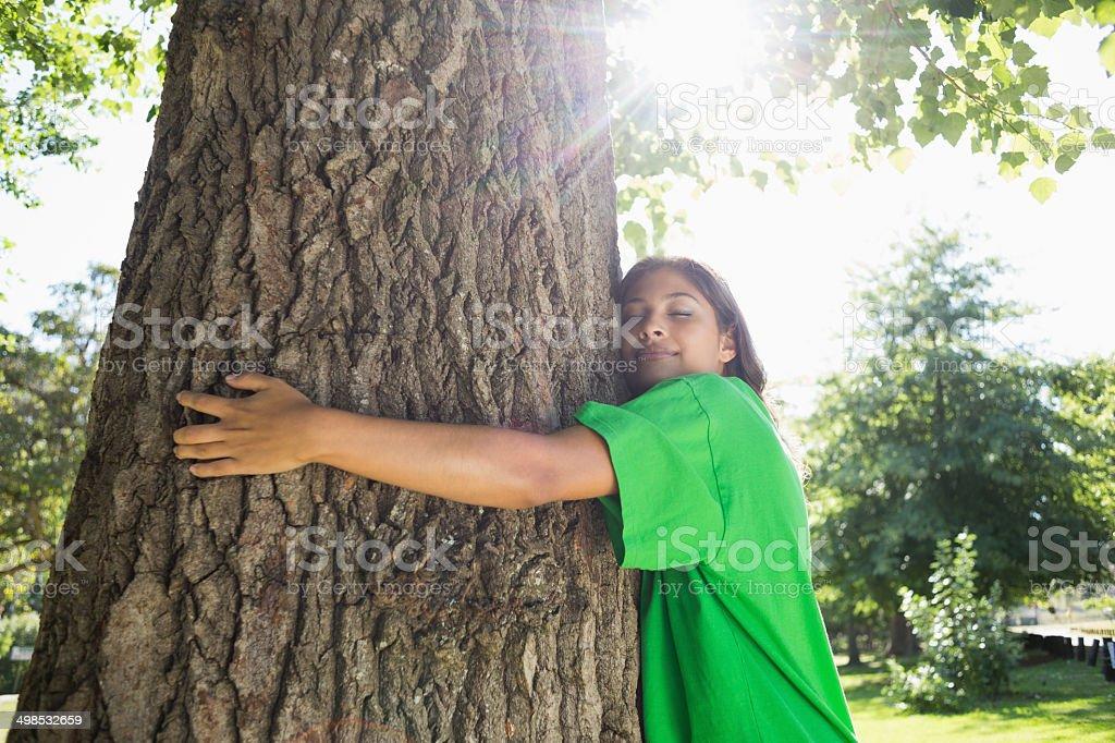Umwelt-Aktivist umarmen einen Baum im park – Foto