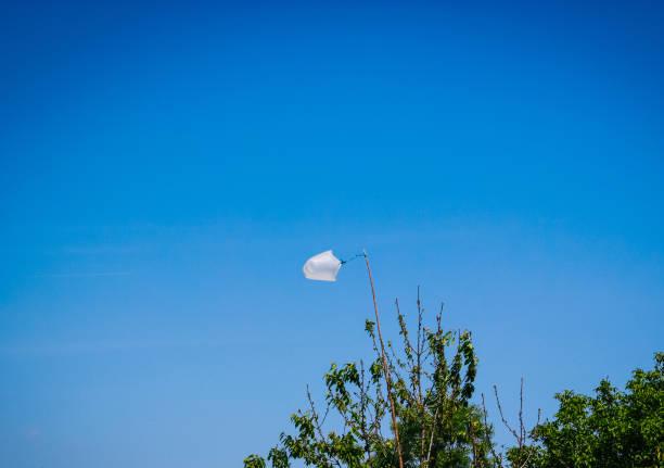 umweltproblem: plastikverschmutzung - windbeutel stock-fotos und bilder