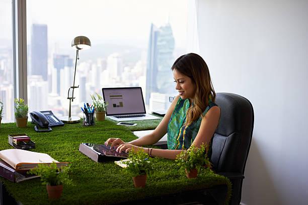 umweltaktivist frau arten e-mail mit tablet auf schreibtisch - garden types stock-fotos und bilder