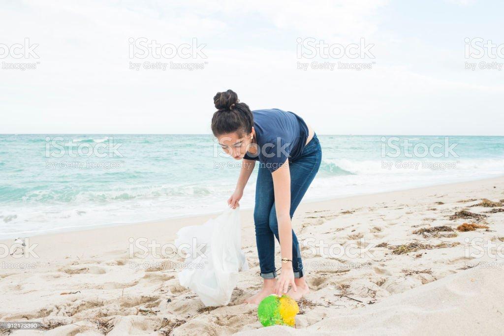 Medio ambiente mujer milenaria limpia playa Miami Florida - foto de stock