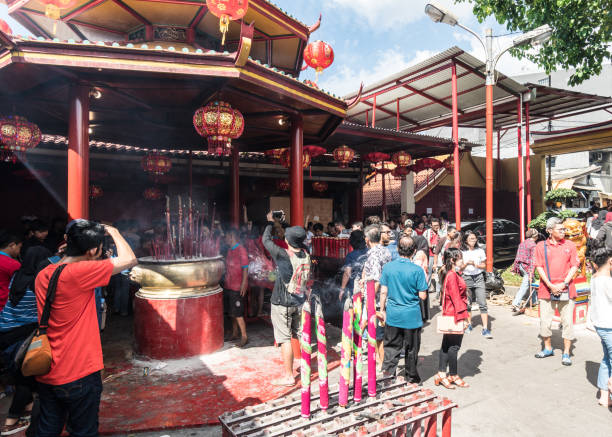 eople celebrano il nuovo anno cinese nel tempio jin de yuan a glodok, giacarta - festival delle lanterne cinesi foto e immagini stock