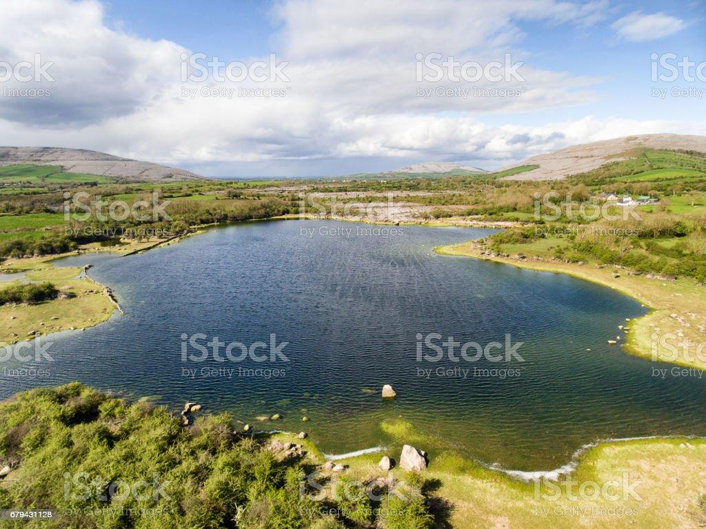 Vista aérea épique du paysage nature belle campagne irlandaise depuis le parc national de Burren dans le comté Clare Ireland. L'Irlande pittoresque. photo libre de droits