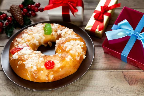 torta de Reyes y regalos de Navidad - foto de stock