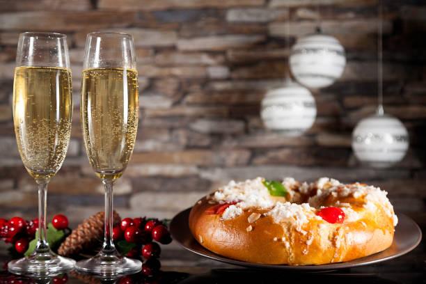 Epifanía pastel y copas de champagne - foto de stock