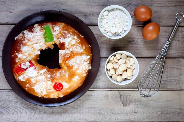 ingredientes y la torta de Reyes - foto de stock