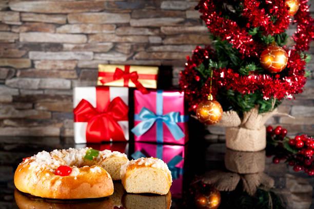 pastel de Reyes, que regalos de Navidad y árbol de Navidad - foto de stock