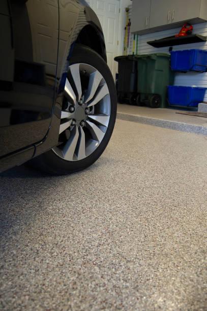 epoxi golvbeläggning med bil i garage - golv bildbanksfoton och bilder