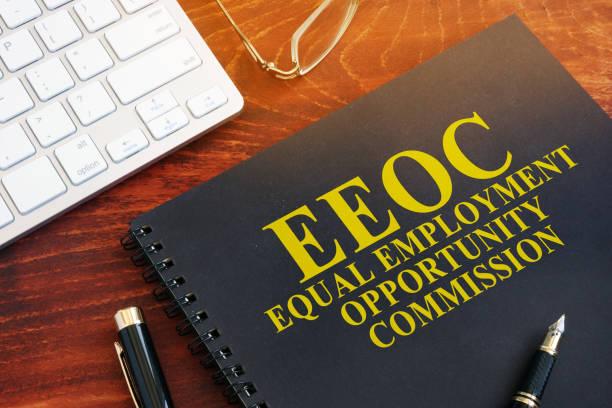 gleicher beschäftigung gelegenheit kommission eeoc auf dem schreibtisch. - vorurteil stock-fotos und bilder