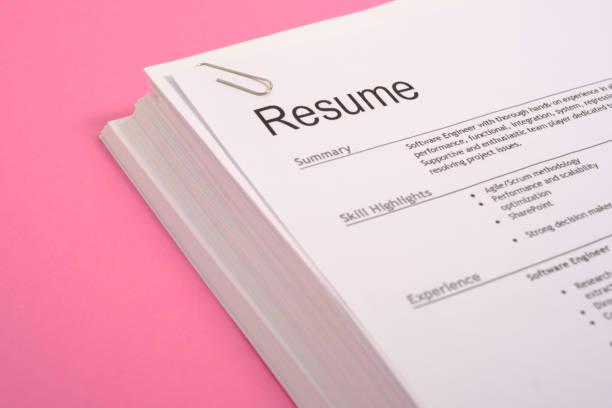 lika möjligheter karriärinriktningen. högen av cv isolerad på rosa bakgrund - curriculum vitae bildbanksfoton och bilder