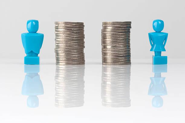 Gleicher Lohn Konzept Abbildung mit Figuren und Münzen – Foto