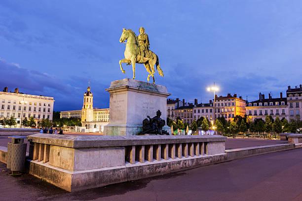 Equestrian statue auf der Bellecour-Platz in Lyon in Frankreich – Foto