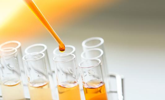 Utrustning Och Glas För Testprodukt Utvinning Och Orange Färg Lösning I Kemi Laboratoriet-foton och fler bilder på Analysera