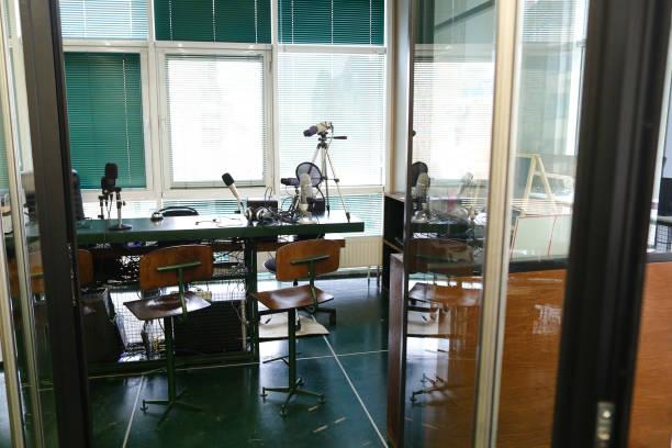 und spezielle ausrüstung für qualität im radiostudio arbeiten - lautsprecher test stock-fotos und bilder