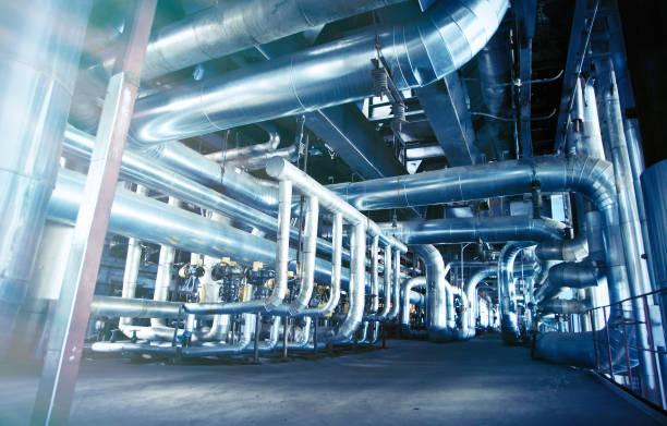 Geräte, Kabel und Rohrleitungen als innerhalb einer modernen Industriekraftwerk gefunden – Foto