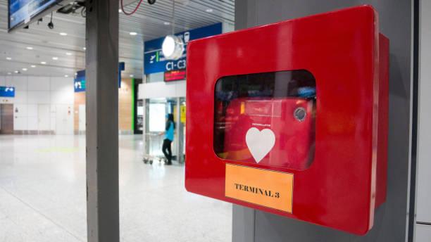 CPR apparatuur defibrillator installeren in openbare locatie in de luchthaven van vertrek. foto
