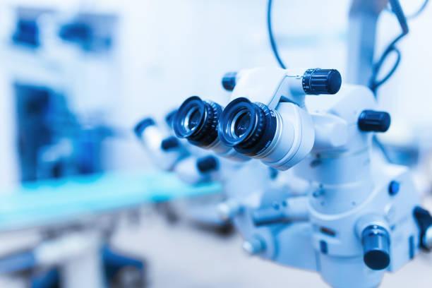 geräte für die laser-sehkorrektur. augenarztpraxis operationsraum - op leuchte stock-fotos und bilder