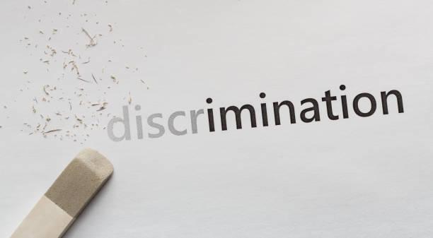 löschen wort diskriminierung auf weißem hintergrund, panorama - vorurteil stock-fotos und bilder