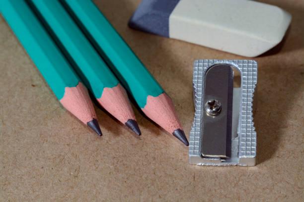 Radiergummi, Bleistifte und Anspitzer auf Packpapier schreiben – Foto