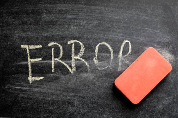 löschen fehler, hand geschriebene wort auf tafel sein konzept gelöscht - error stock-fotos und bilder