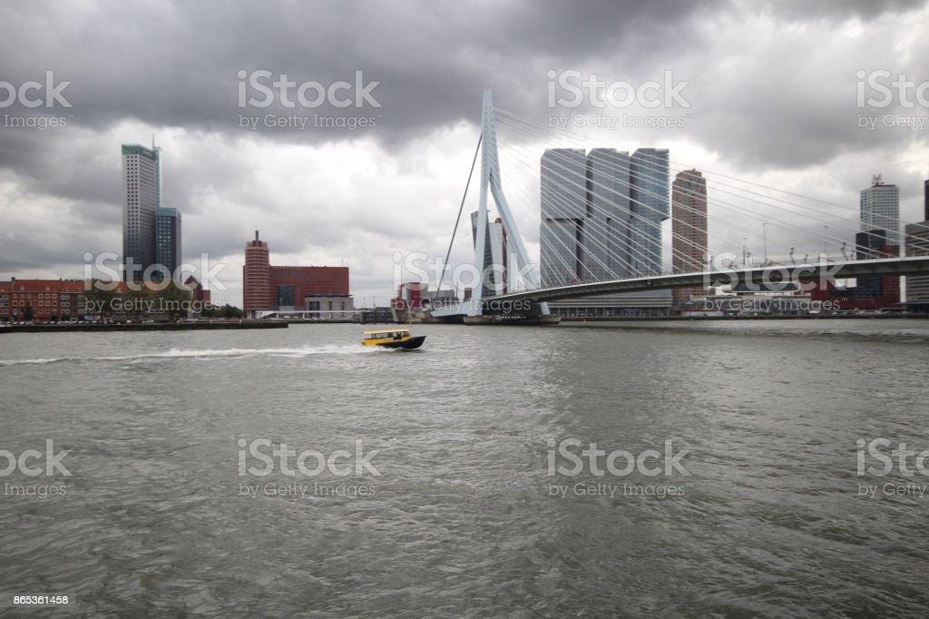 Erasmus brug in het centrum van Rotterdam foto