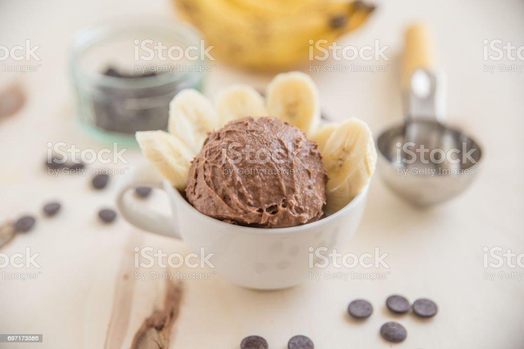 Erdnussbutter-Schokoladen-Bananen-Eiscreme – Foto