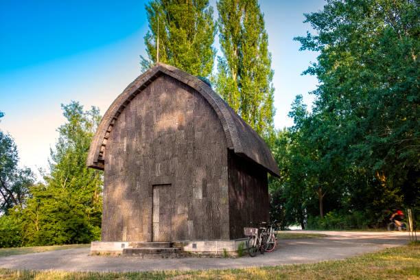 eremitage haus in den neuen garten von schloss cecilienhof in potsdam, deutschland - eremitage stock-fotos und bilder