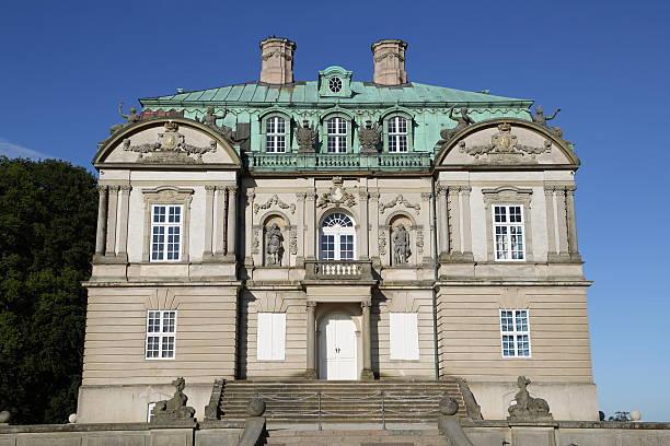 eremitage slottet palast in deer garten - eremitage stock-fotos und bilder