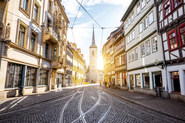 erfurt-stadt in deutschland - fassadenschnitt stock-fotos und bilder