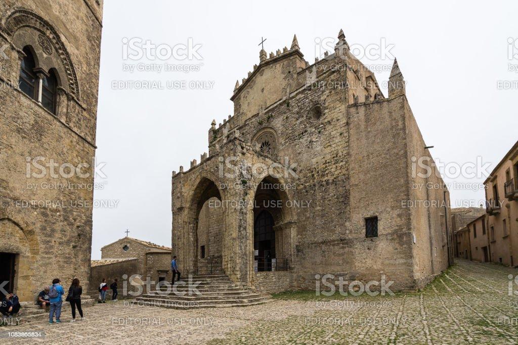 1314 年に建てられた仮定の聖母に捧げエーリチェ大聖堂はゴシック建築 ...