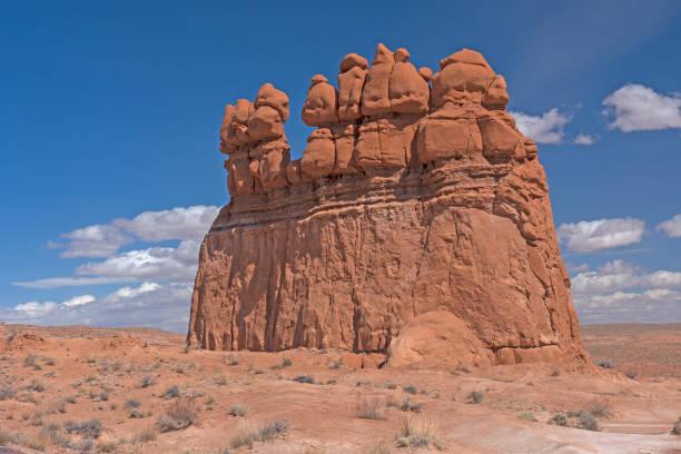 Monolito de erosão no deserto - foto de acervo
