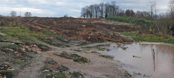 erozja ziemi i gleby przed skutkami wiatru, wody i barbarzyńskich działań człowieka concep - erodowany zdjęcia i obrazy z banku zdjęć