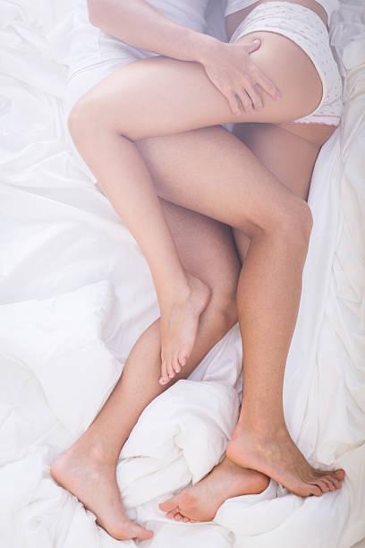 erótico próximo mergulhe na cama - vertical - fotografias e filmes do acervo