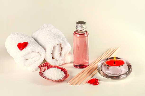 erotische massageöl und handtücher. - tantra massage stock-fotos und bilder