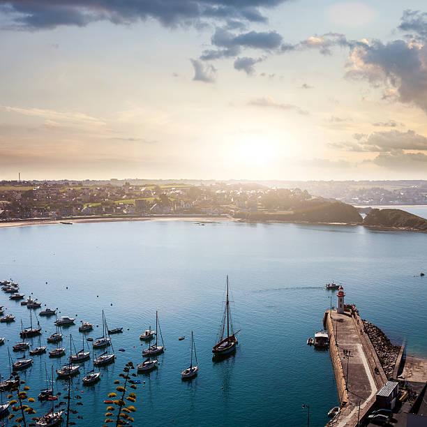 Erquy le port et sur la baie depuis les falaises de Bretagne, France - Photo