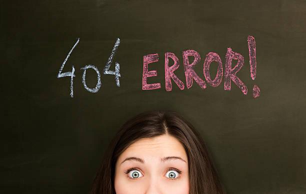 404 fehler auf einer tafel mit mädchen - error stock-fotos und bilder
