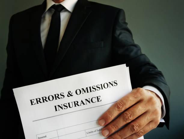 errores y omisiones seguro e&o o póliza de responsabilidad profesional en las manos. - indemnización compensación fotografías e imágenes de stock