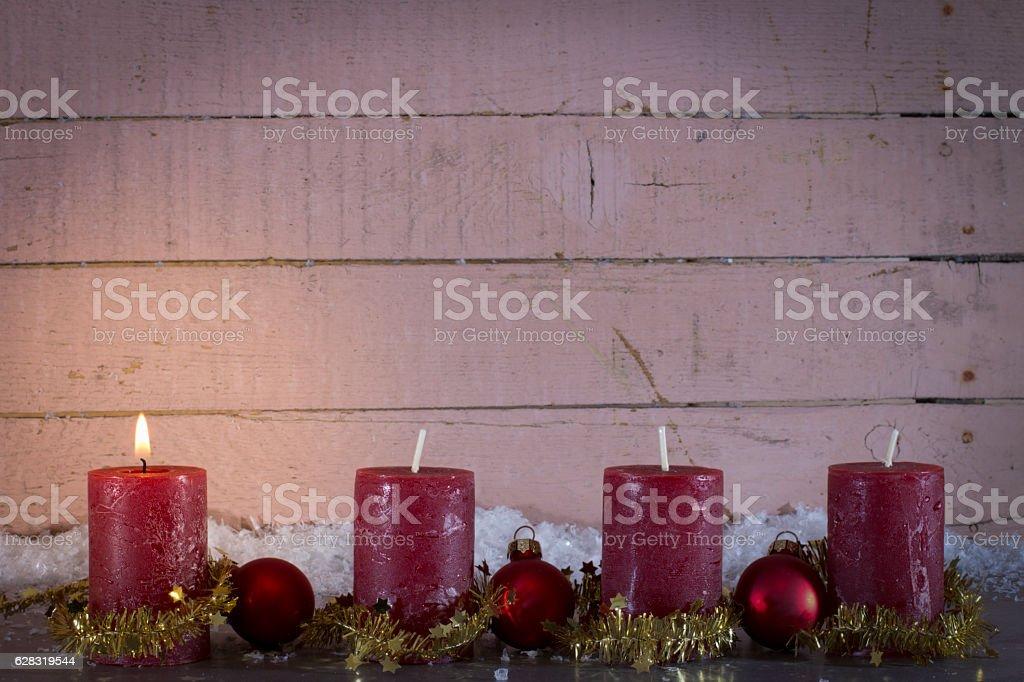 Weihnachtliche Dekoration mit Adventskerzen und Textfreiraum oben