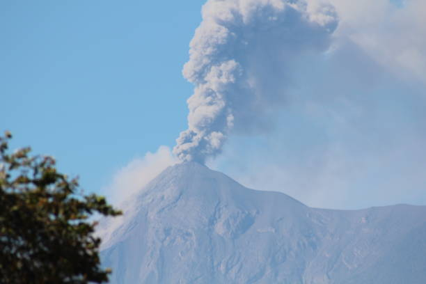 Volcán en erupción en Guatemala. - foto de stock