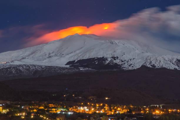 eruption of the snowy volcano – zdjęcie