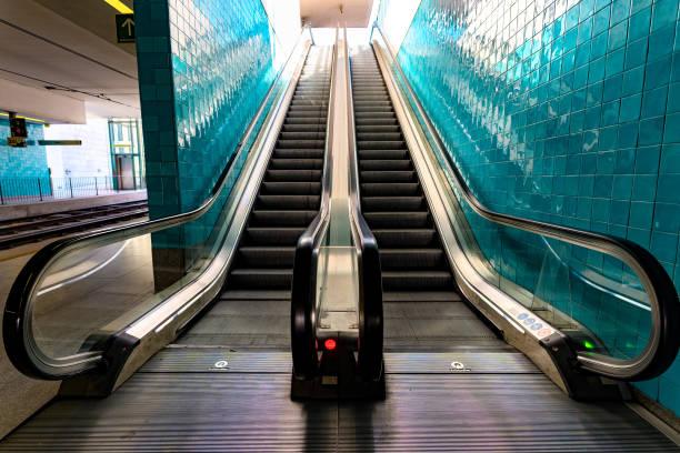 roltrap bij een metrostation in porto, portugal - parallel stockfoto's en -beelden