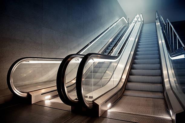 ascensore in edificio - escalator foto e immagini stock