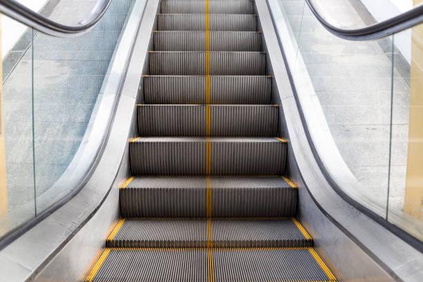 ascensore nell'edificio - escalator foto e immagini stock