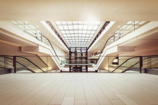 Rolltreppen In Einem Klaren Modernen Shopping Mall Stockfoto und mehr Bilder von Architektonisches Detail