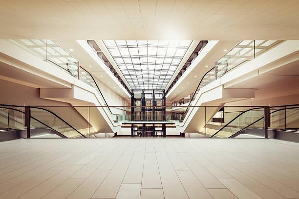 escadas rolantes em um limpo e moderno shopping mall - shopping - fotografias e filmes do acervo