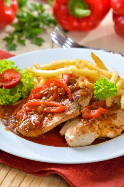 schnitzel der türkei - paprikaschnitzel stock-fotos und bilder